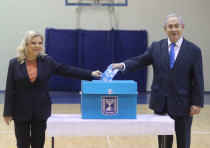 Prime Minister Benjamin Netanyahu and his wife Sara vote at a Jerusalem polling station on March 2