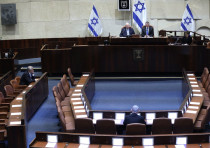 Blue and White leader Benny Gantz (L) and Prime Minister Benjamin Netanyahu (C) sit in front of Pres