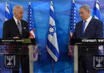 Then-US Vice President Joe Biden (L) and Israeli Prime Minister Benjamin Netanyahu look at each othe