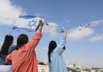 Staff at Shaare Zedek Medical Center in Jerusalem wave at the IAF flyover on Independence Day.