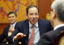 US Deputy Secretary of State Thomas R. Nides (C) talks to South Korea's Foreign Minister Kim Sung-hw