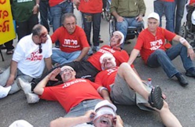 idf disabled veterans protest 248 88 (photo credit: Ben Hartman)