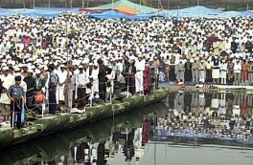 bangladesh pray 298.88 (photo credit: AP)