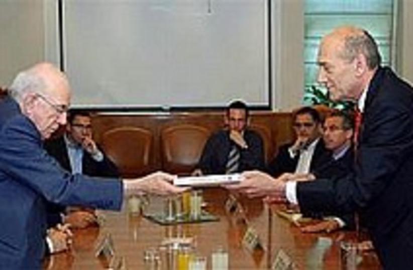 olmert gets winograd 224 (photo credit: GPO)