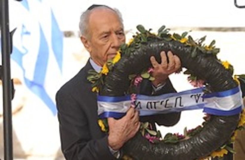 Peres lays wreath at Ben-Gurion grave 24 (photo credit: )