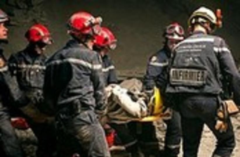 haiti quake stretcher 190 (photo credit: Associated Press)