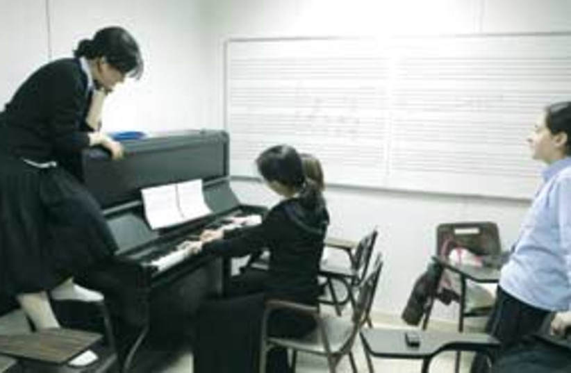 haredi girls piano 311 (photo credit: Ariel Jerozolimski)
