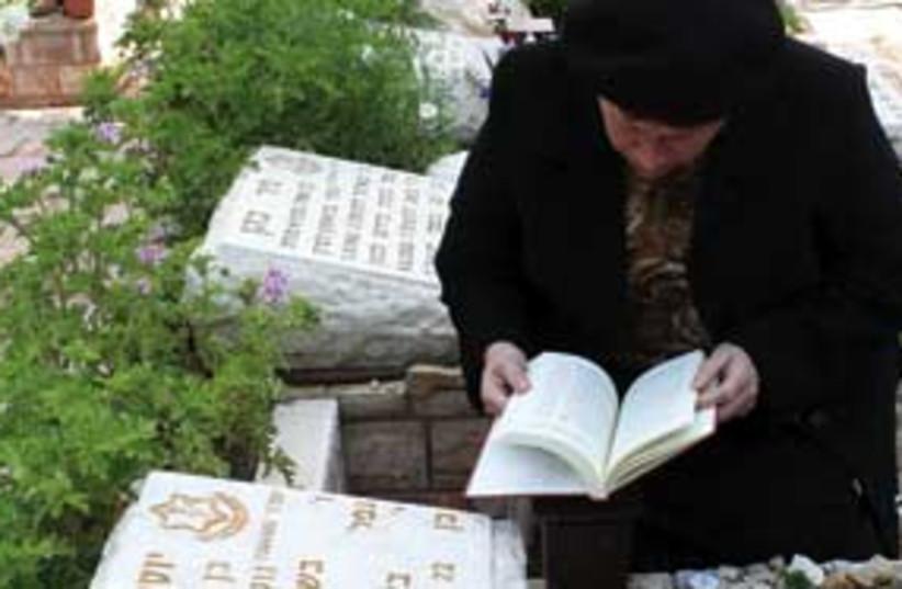 praying at graves 311 (photo credit: Ariel Jerozolimski)