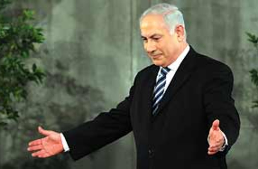 Netanyahu spreads arms 311 (photo credit: Ariel Jerozolimski)