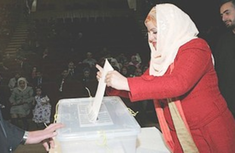 Iraqi woman votes 311 (photo credit: Associated Press)