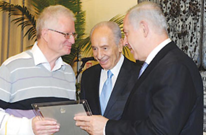 Netanyahu Peres prize 311 (photo credit: Moshe Milner/GPO)