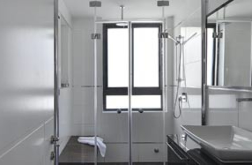 bathroom 311 (photo credit: Uriel Messa)