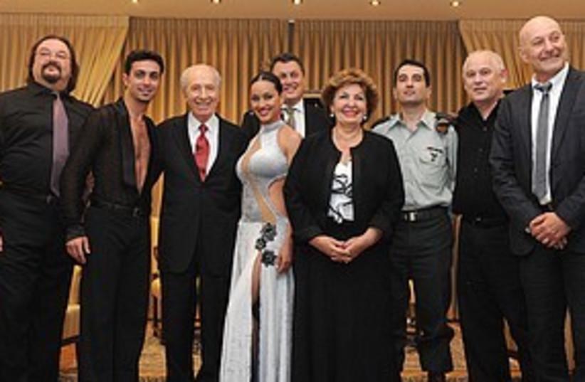 Peres with fsu immigrants 311 (photo credit: GPO)