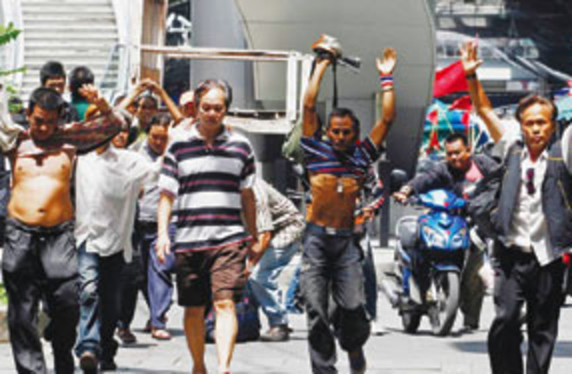 Thailand protesters walk home 311 (photo credit: AP)