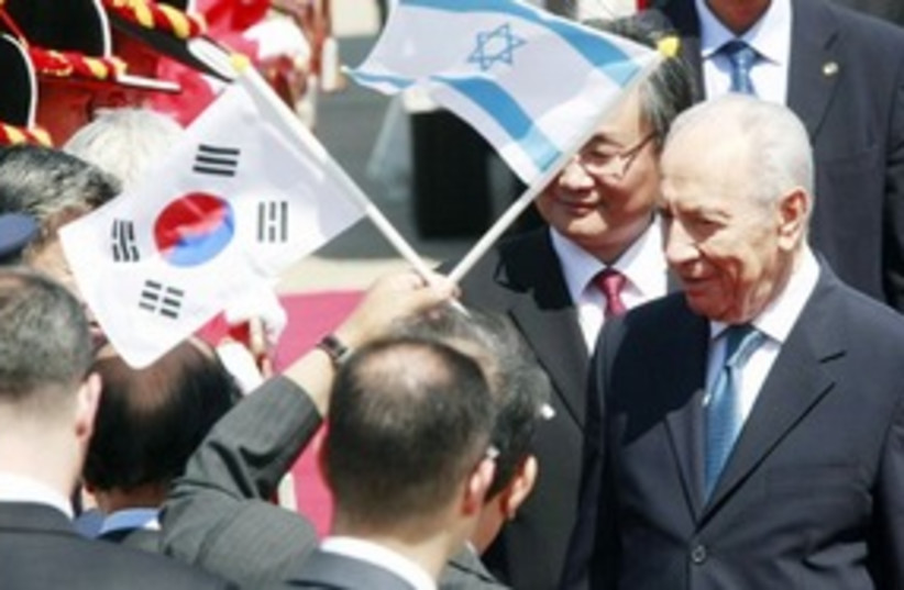Peres in Korea 311 (photo credit: Associated Press)