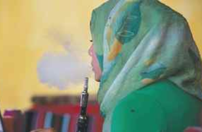 arab woman nargila (photo credit: AP)