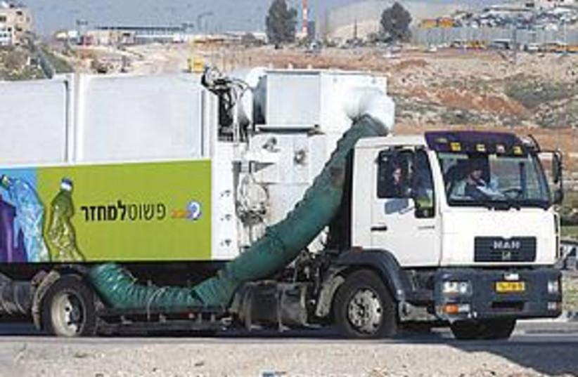 Recycling truck (photo credit: Ariel Jerozolimski)