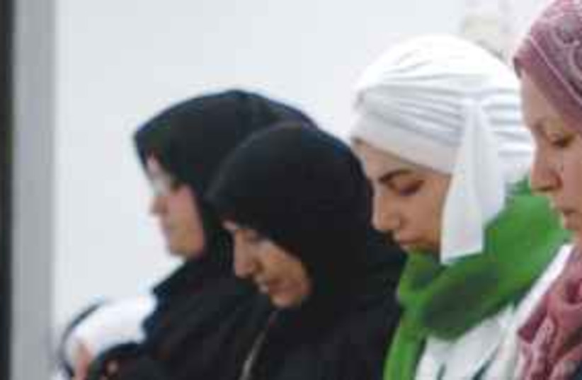 Arab women praying311 (photo credit: Illustrative photo: Colorado Springs Gazette/MCT)