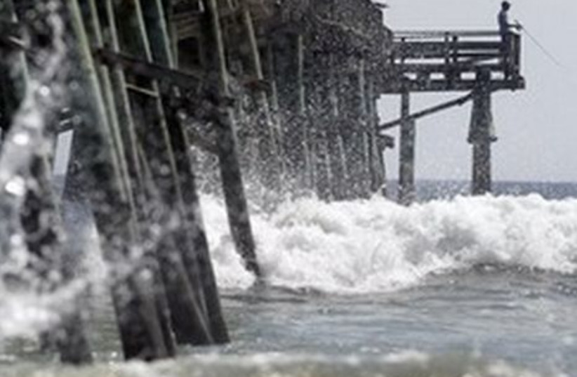 Waves pound  eastern US as Hurricane Earl nears.