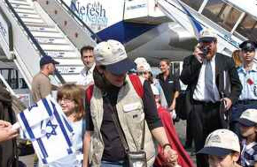 Nefesh B'Nefesh flight mother and kids 311 (photo credit: Ariel Jerozolimski)