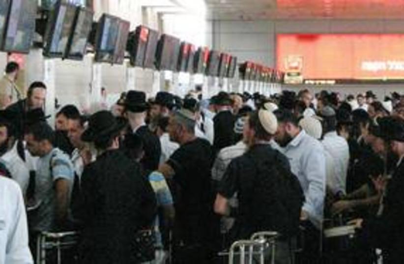 Rabbi Nahman supporters airport (photo credit: Ron Friedman)