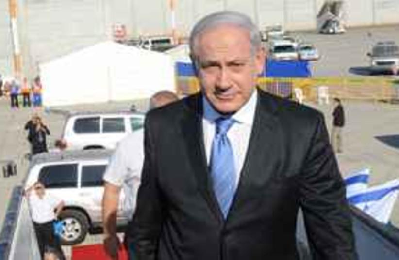Netanyahu enters plane 311 (photo credit: Moshe Milner GPO)