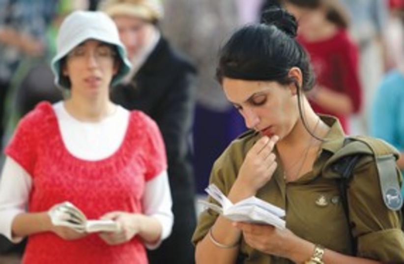 311_Army chick praying (photo credit: Marc Israel Sellem)