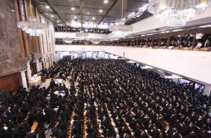 Thousands gather for Torah funeral