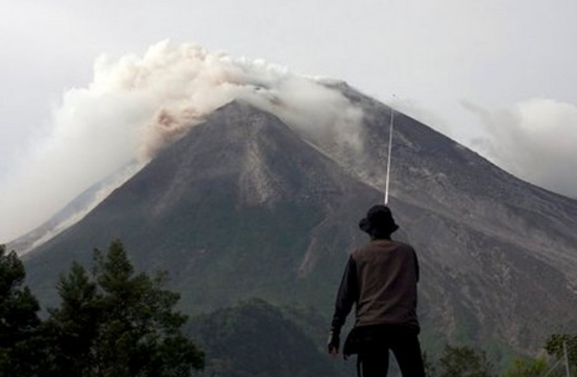 Villagers who live on the slope of Mount Merapi ga