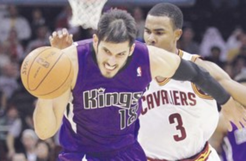 311_Omri Casspi against the Cavaliers (photo credit: Associated Press)