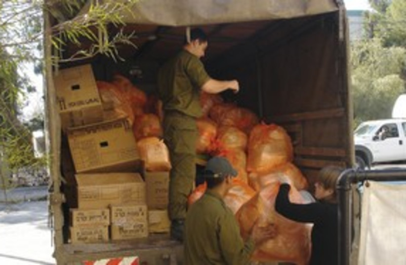 IDF handing out packages  (photo credit: Courtesy)