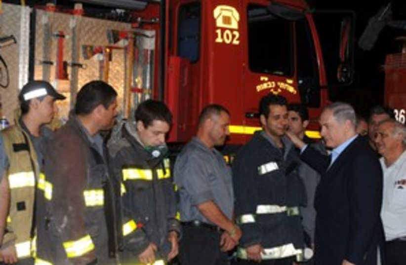 311_Netanyahu with firefighters (photo credit: GPO)