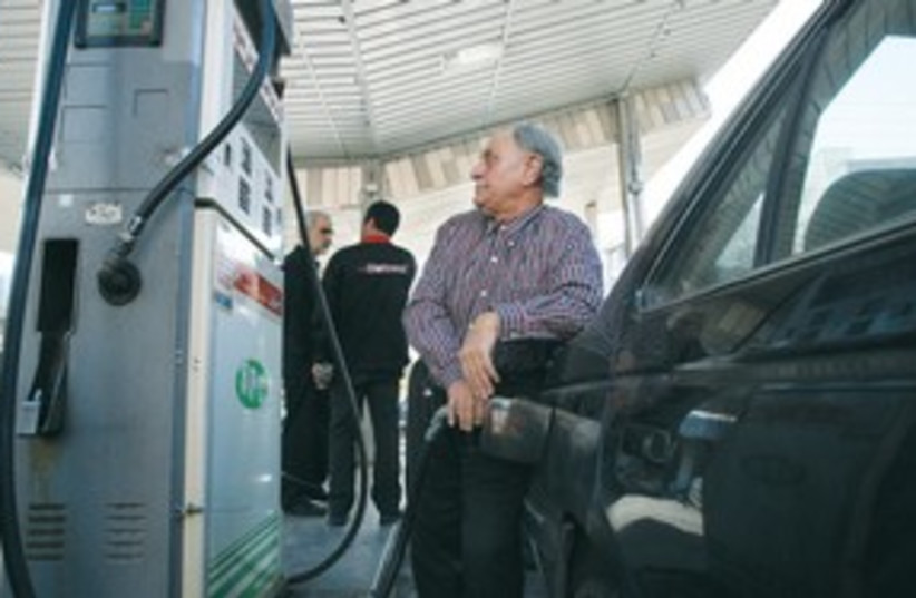 India gas 311 (photo credit: AP)