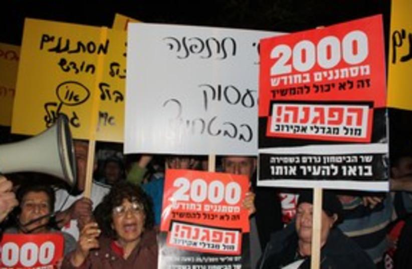 Anti-migrant protesters at Barak's house 311 (photo credit: Ben Hartman)