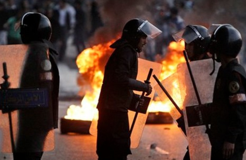 Police await demonstrators in Cairo (AP)
