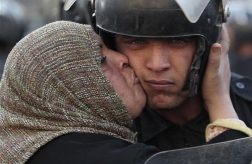 Egypt protester kissing police officer