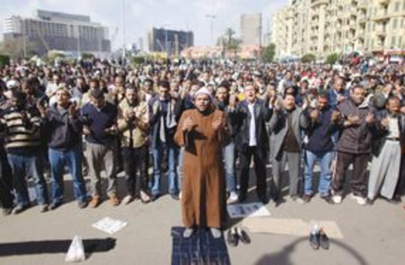 Egyptians praying 311 (photo credit: AP)