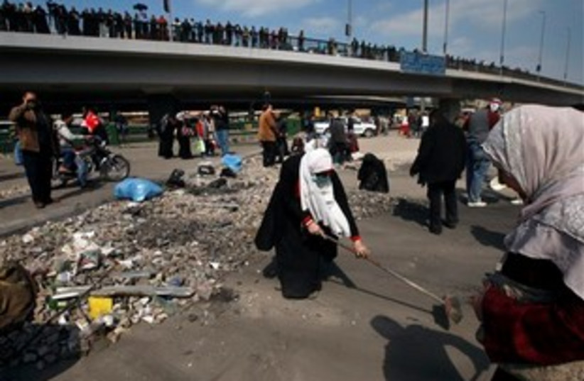 Egyptian protesters clean up 311 (photo credit: AP Photo/Khalil Hamra)