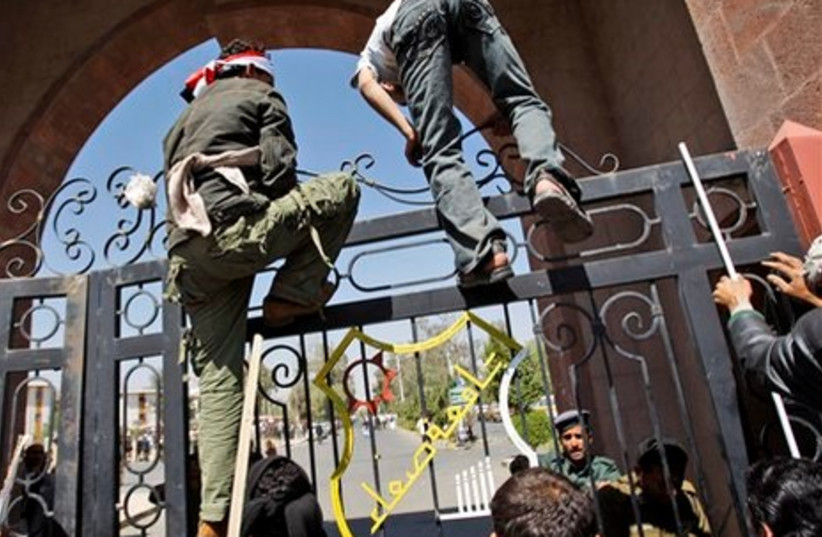 Supporters of Saleh try to jump gate to uni