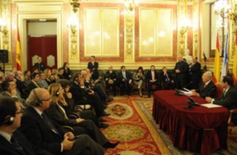 Peres talking at Madrid Congress (photo credit: Amos Ben-Gershom/GPO)