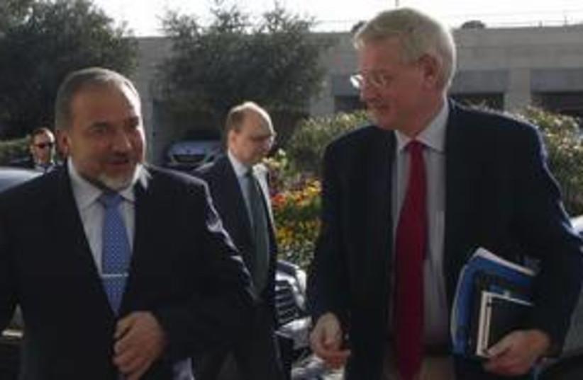 Swedish Foreign Minister Carl Bildt with FM Lieberman 311 Re (photo credit: Ronen Zvulun / Reuters)