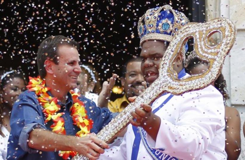 Mayor Eduardo Paes hands over the ceremonial key