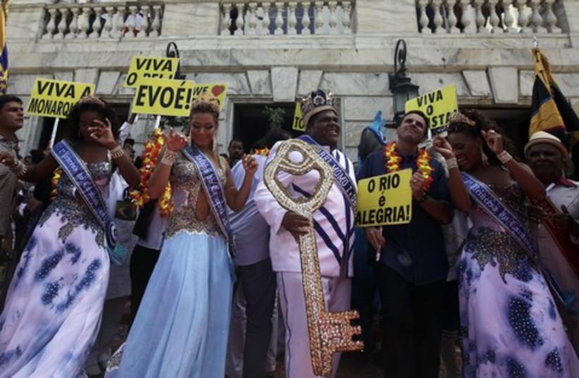 Rio de Janeiro's Mayor Eduardo Paes dances
