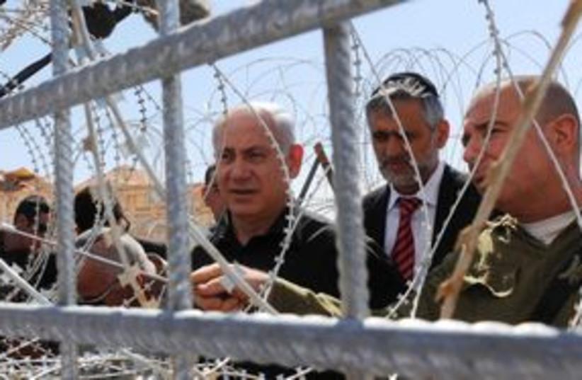 PM Netanyahu at Egyptian border fence 311 (photo credit: Avi Ohayon / GPO)