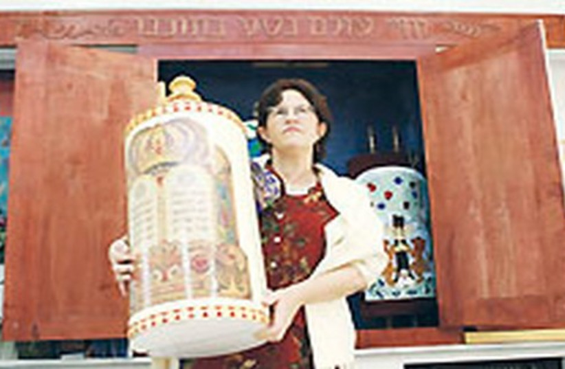 Woman with Torah 521 (photo credit: Ariel Jerozolimski)