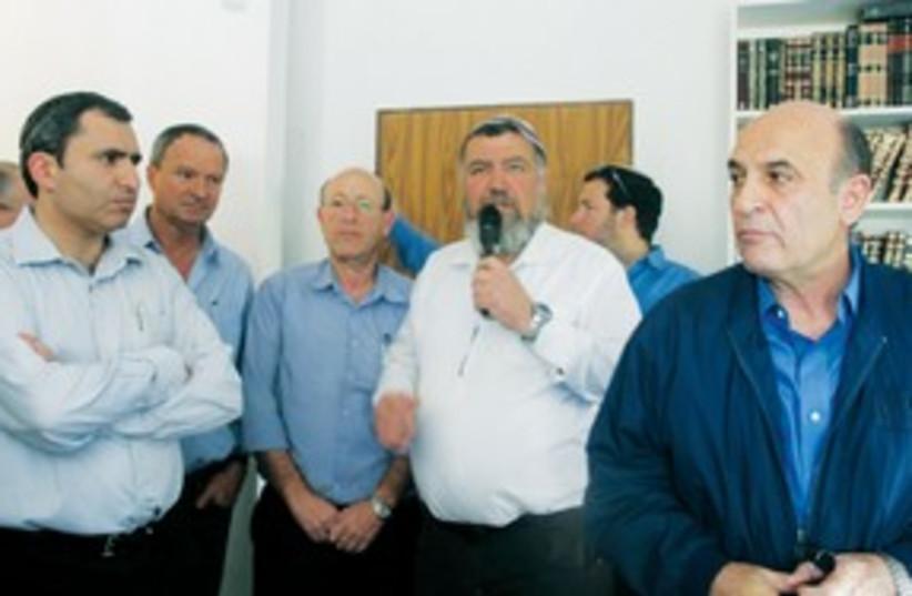 Shaul Mofaz, Ze'ev Elkin in Itamar 311 (photo credit: Tovah Lazaroff)