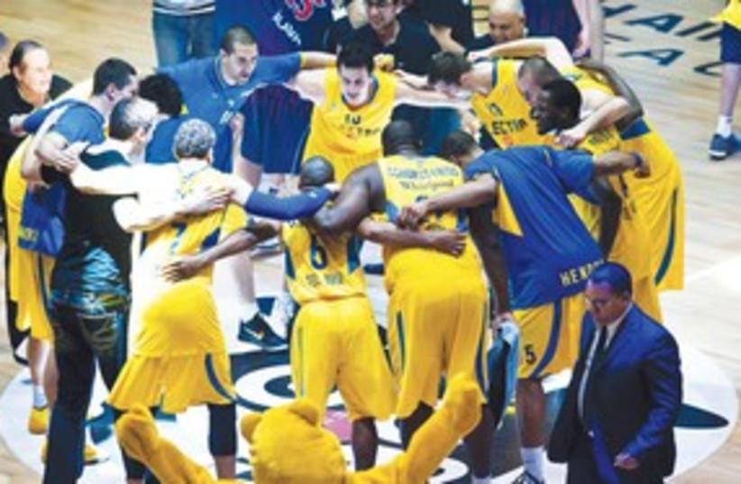 Maccabi TA huddle 311 (photo credit: Asaf Kilger)
