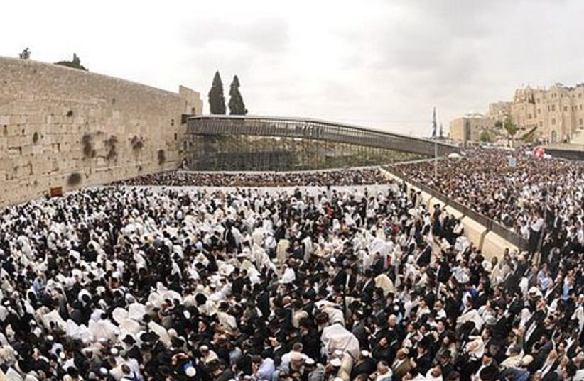 Thousands gather at the Kotel for Birkat Hakohanim