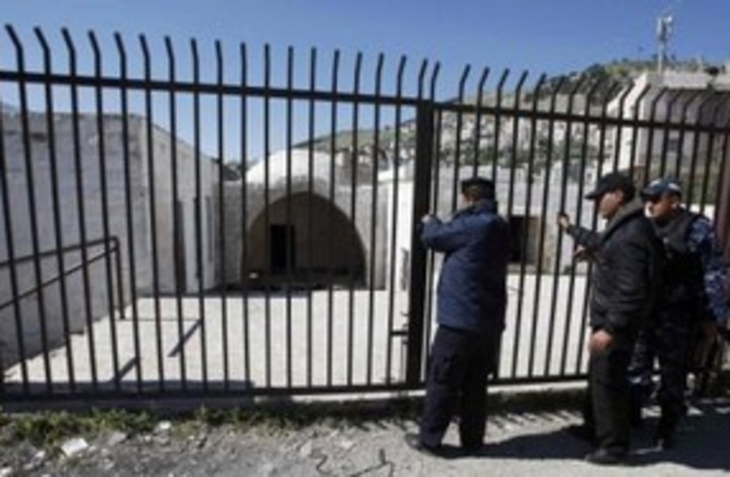 PA police guard Joseph's Tomb in Nablus 311 (photo credit: REUTERS/Mohamad Torokman)
