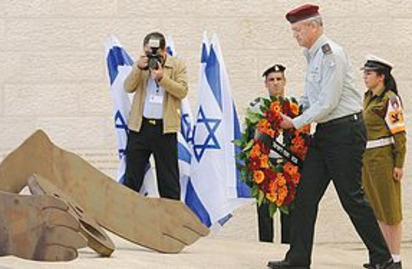 Benny Gantz lays wreath at Yad Vashem 311 (photo credit: IDF )